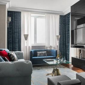 Квадратная гостиная с синими занавесками