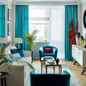 Мебель в гостиной комнате вытянутой формы