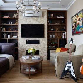 Зона отдыха гостиной с телевизором на стене