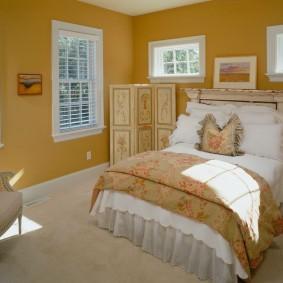 Небольшая спальня в загородном доме