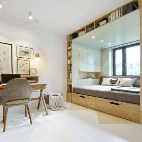Спальное место у окна небольшой комнаты