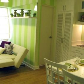 Зеленые обои в кухне-гостиной