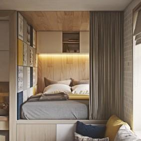 Спальное ложе в нише стены гостиной комнаты