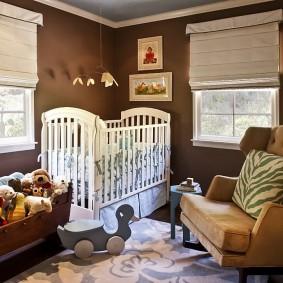 Коричневые стены в комнате для новорожденного