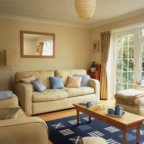 мягкая мебель в комнате с низким потолком