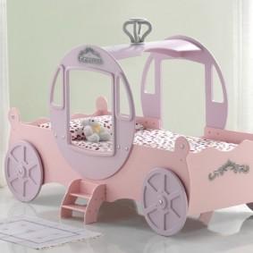 Детская кровать-карета для маленькой девочки