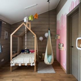 Кровать-домик в спальной комнате ребенка