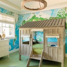 Деревянная кровать-домик в детской комнате