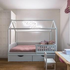 Детская кроватка с каркасом для балдахина