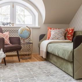 Раскладной диван-кровать в детской комнате на мансарде