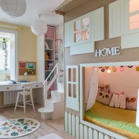 Двухъярусная кровать в виде домика для детей разного возраста