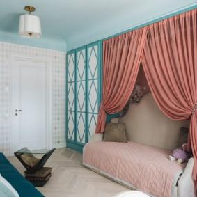 Кровать с балдахином в спальне девочки