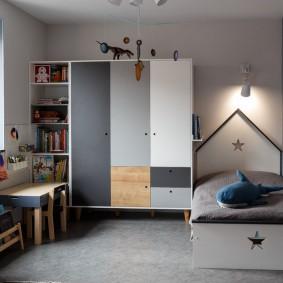 Корпусная мебель в спальне мальчика