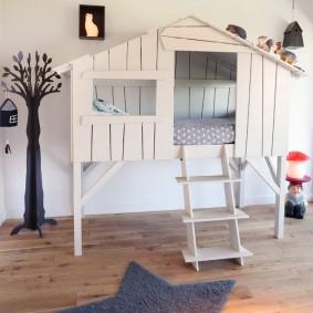 Высокая кровать-домик с деревянной лесенкой