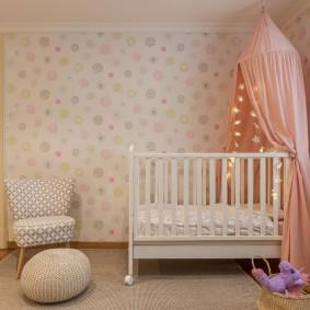 Белая кроватка в углу комнаты для малыша