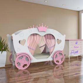 Кровать в виде кареты для маленькой принцессы