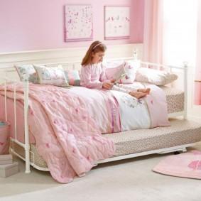 Металлическая кроватка в спальне девочки