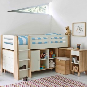 Высокая кроватка с выдвижными ящиками