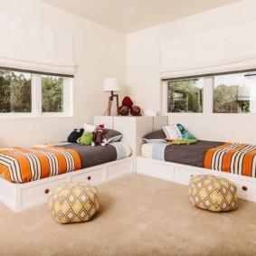 Полосатые одеяла на кроватях мальчиков
