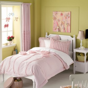Деревянная кровать для девочки-школьницы
