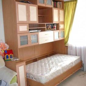 Откидная кровать в спальне дочери