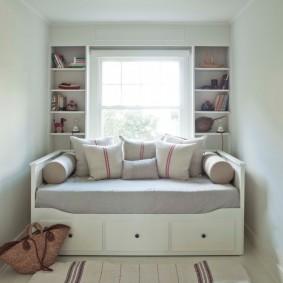 Кровать-диван в маленькой детской комнате