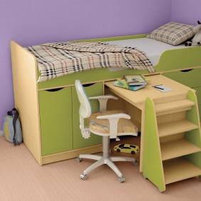Высокая кровать со столиком для ребенка школьного возраста