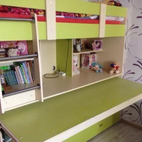 Выдвижной стол в кровати со спальным местом наверху