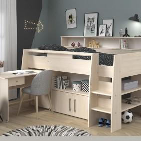 Компактный детский гарнитур с кроватью и столом