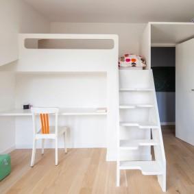 Встроенная кровать-чердак в интерьере детской комнаты