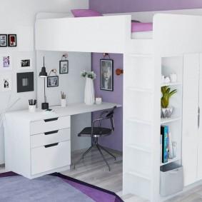 Белая мебель на фоне сиреневой стены