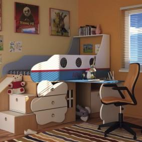 Компактная модель двухъярусной кровати со столом для ребенка