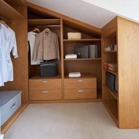 Корпусная мебель в гардеробной на мансарде