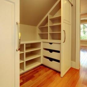Компактная гардеробная за раздвижными дверями