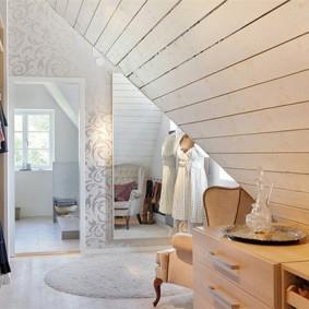 Потолок из деревянной вагонки в мансардной комнате