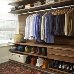 Открытый гардероб в мужской спальне