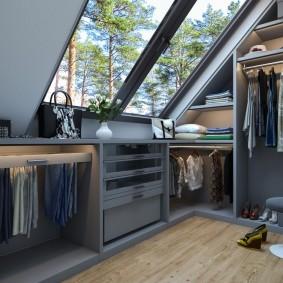 Гардеробная комната с мансардным окном