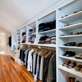 Длинный гардероб в узком помещении