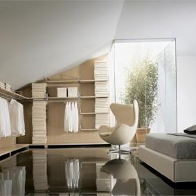Глянцевый пол в мансарде частного дома