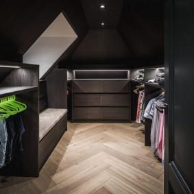 Укладка ламината елочкой в гардеробной комнате