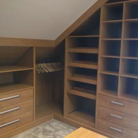 Мебель в гардеробной с открытыми полками