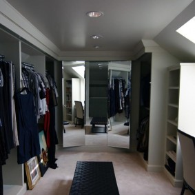 Зеркала на фронтальной стене гардеробной комнаты