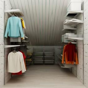 Металлическая система хранения в гардеробной комнате