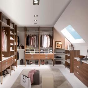 Дизайн гардеробной комнаты с наклонным потолком