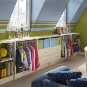 Система хранения одежды в детской на мансарде
