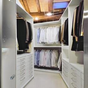 Узкая гардеробная на чердаке дачного домика