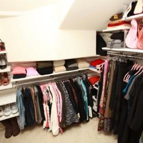 Металлические вешалки в небольшой гардеробной
