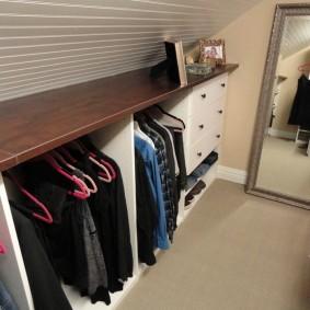 Открытая полка над вешалкой для одежды