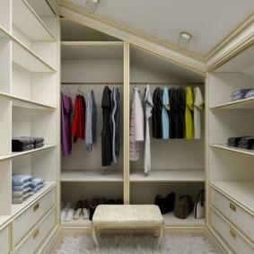 Корпусная мебель в гардеробной неоклассического стиля