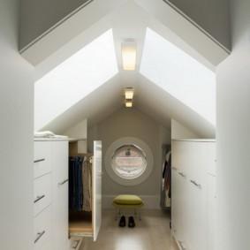 Параллельная планировка узкой гардеробной комнаты